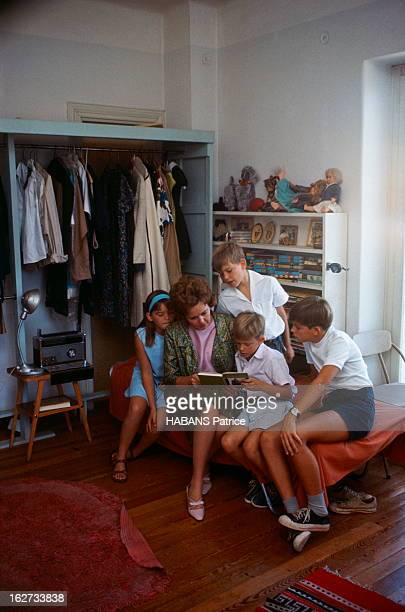 Andreas Papandreou And His Family During The Crisis In Greece Grèce Septembre 1965 Margaret PAPANDREOU épouse d'Andreas Papandreou chez elle lisant...