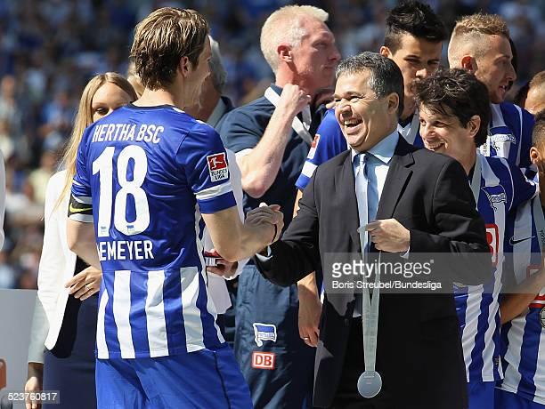 Andreas Rettig uebergibt Peter Niemeyer von Hertha BSC eine Medaille zur 2 Bundesliga Meisterschaft nach dem 2Bundesligaspiels zwischen Hertha BSC...