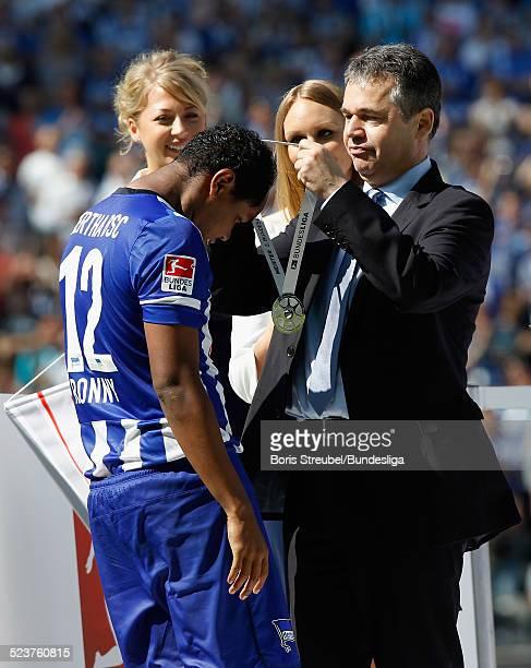 Andreas Rettig uebergibt Ronny von Hertha BSC eine Medaille zur 2 Bundesliga Meisterschaft nach dem 2Bundesligaspiels zwischen Hertha BSC Berlin und...