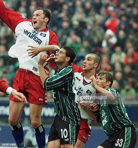 Andrej Panadic , Claudio Pizarro , Soner Uysal und Mike Barten bei der Begegnung HSV gegen Werder Bremen am . In Erwartung eines Balles sehen sie aus...