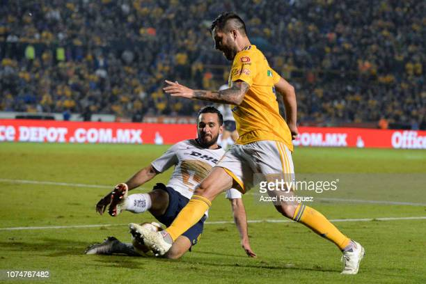 AndrePierre Gignac of Tigres fights for the ball with Luis Quintana of Pumas during the quarter finals first leg match between Tigres UANL and Pumas...