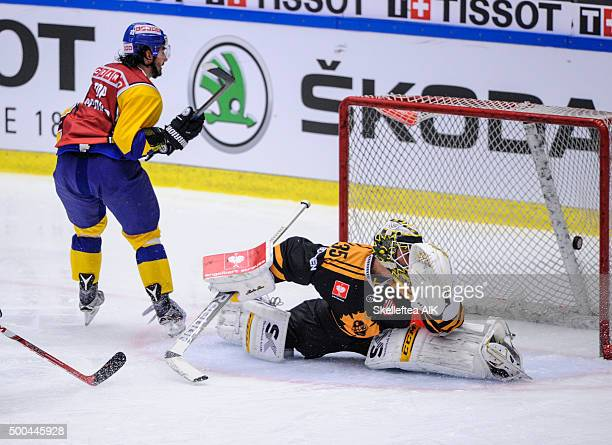 Andres Ambuehl HC Davos scores 31 to HCD behind Markus Svensson Skelleftea AIK during the Champions Hockey League quarter final between Skelleftea...
