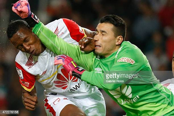 Andres Castellanos of Independiente Santa Fe clashes with Yerry Mina of Independiente Santa Fe during a first leg match between Estudiantes and...