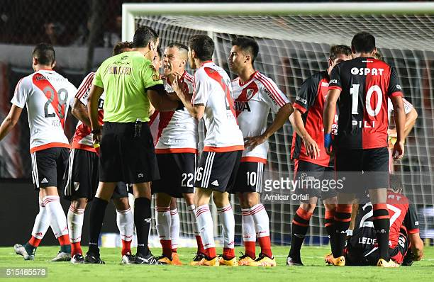 Andres D'Alessandro of River Plate and Referee Fernando Rapallini discuss after Ignacio Fernandez was sent off during a match between Colon and River...