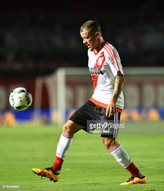 Andres D'Alessandro of River Plate controls the ball during a match between Colon and River Plate as part of Torneo de Transicion 2016 at Brigadier...