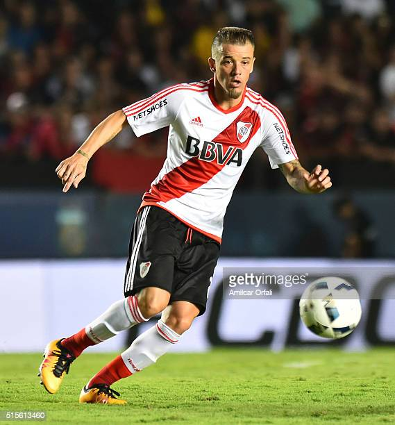 Andres D'Alessandro of River Plate drives the ball during a match between Colon and River Plate as part of Torneo de Transicion 2016 at Brigadier...