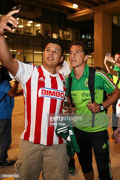 Andres Guardado of Mexico poses with a fan during the Mexico National Team arrival to United States at HartsfieldJackson International Airport on May...