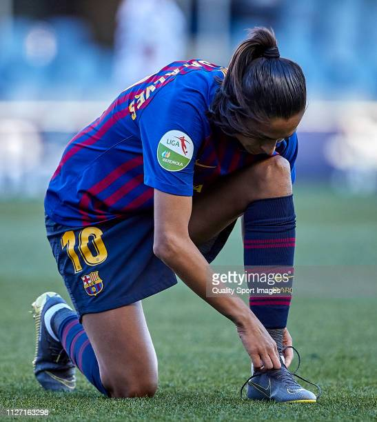 Andressa Alves of FC Barcelona tie their shoelaces during the Iberdrola Women's First Division match between FC Barcelona and Fundacion Albacete at...