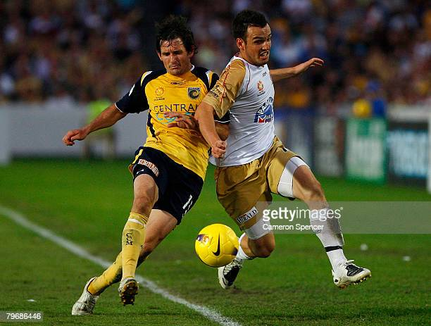 Andrew Clarke of the Mariners contests the ball with Mark Bridge of the Jets during the A-League Major Semi Final second leg match between the...