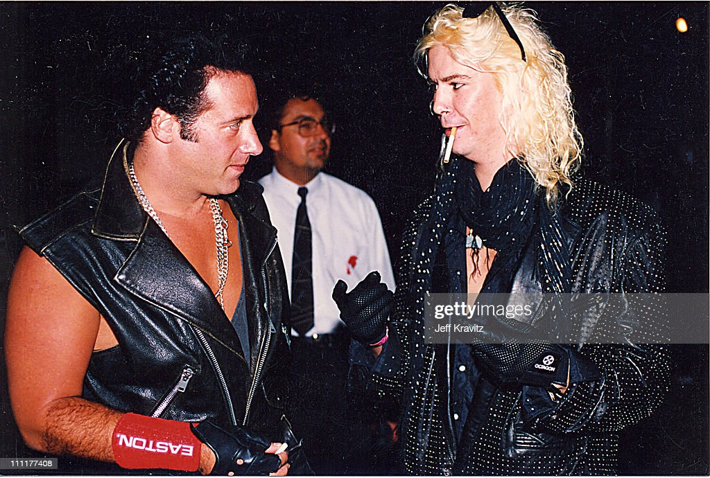 """Kirk Hammet interview on GN'R guys becoming """"unacessible"""" and a """"third party"""" account of the Axl feud with Kuurt Cobain Andrew-dice-clay-and-duff-mckagan-during-1992-mtv-video-music-awards-picture-id111177408"""