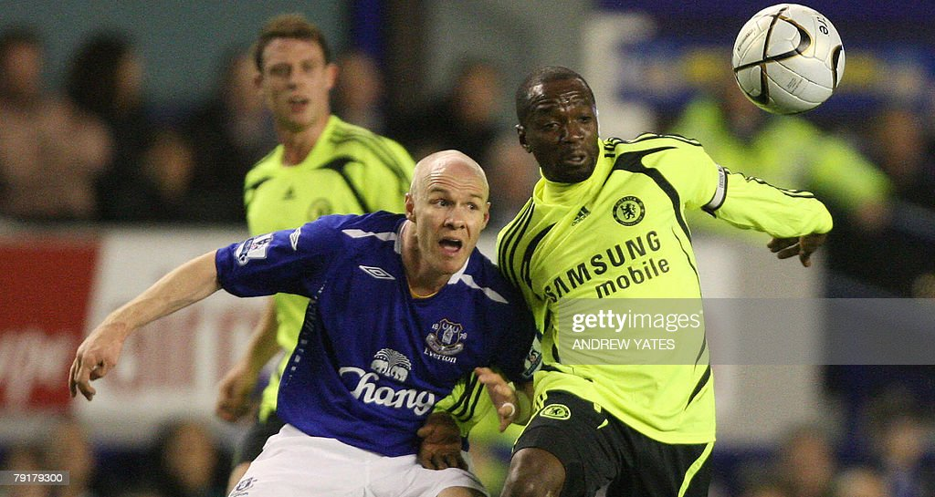 Andrew Johnson (L) of Everton vies with Claude Makelele of Chelsea during the English League Cup football match against Chelsea at Goodison Park, in Liverpool, north-west, 23 January 2008. AFP PHOTO/ANDREW YATES Mobile and website use of domestic English football pictures are subject to obtaining a Photographic End User Licence from Football DataCo Ltd Tel : +44 (0) 207 864 9121 or e-mail accreditations@football-dataco.com - applies to Premier and Football League matches.
