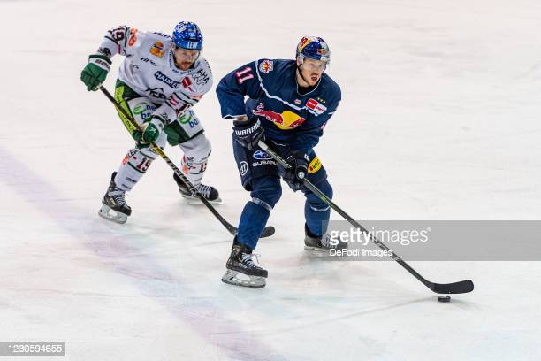 Andrew LeBlanc of Augsburger Panther and Kalle Kossila of EHC Red Bull Muenchen battle for the puck during the DEL match between EHC Red Bull...