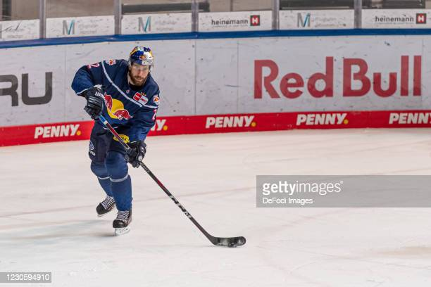 Andrew MacWilliam of EHC Red Bull Muenchen controls the puck during the DEL match between EHC Red Bull Muenchen and Augsburger Panther on January 12,...