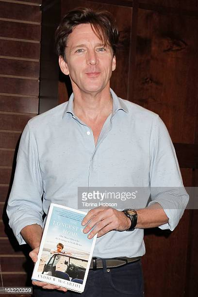 andrew mccarthy signs copies of his book the longest way home 画像と