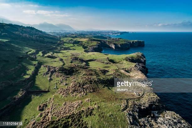 playa de andrin en llanes asturias españa - principado de asturias fotografías e imágenes de stock