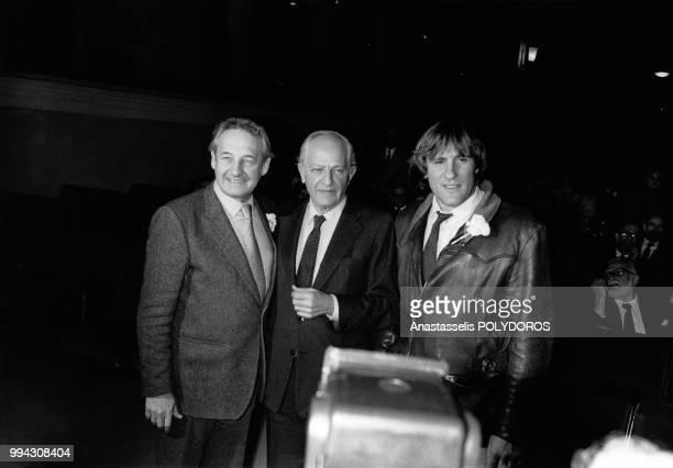 Andrzej Wajda Jules Dassin et Gérard Depardieu lors de la remise des Oscars le 20 avril 1983 à Athènes Grèce