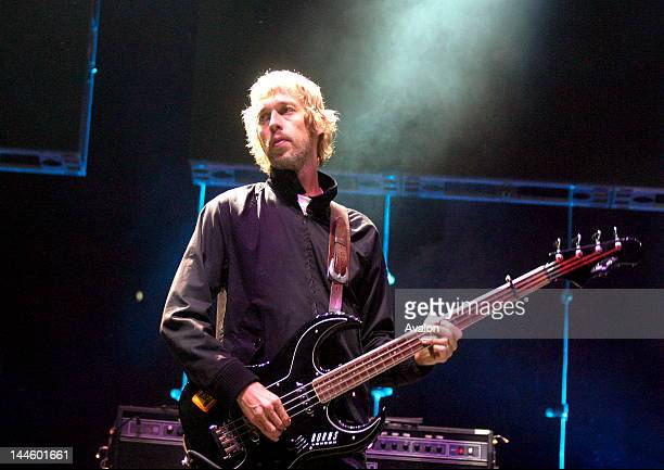 Andy Bell Bass guitar player from Oasis performing live at the V festival August 21 2005 Weston Park StaffordshireUk Job 12655