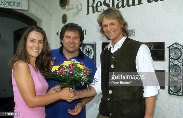 Andy Borg Ehefrau Birgit Aki Brutscher Oberstdorf / Füssen Bayern Deutschland Europa Hotel Waldesruh Urlaub Blumenstrauß begrüßen Begrüßung Hotelier...