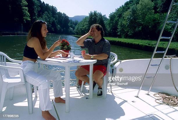 Andy Borg Lebensgefährtin Birgit Strobel Urlaub auf Hausboot Saverne Frankreich Europa Boot Kartenspiel VolksmusikModerator Sänger Musiker