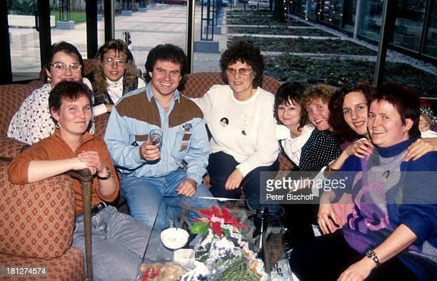 Andy Borg Mitglieder aus seinem Berliner FanClub am Rande der Feierlichkeiten zum 90 Geburtstag von J o h a n n e s H e e s t e r s MetropolTheater...