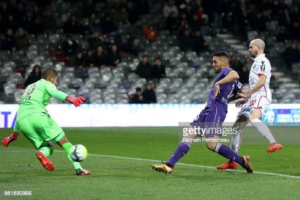 Andy Delort of Toulouse scores a goal during the Ligue 1 match between Toulouse and OGC Nice at Stadium Municipal on November 29 2017 in Toulouse