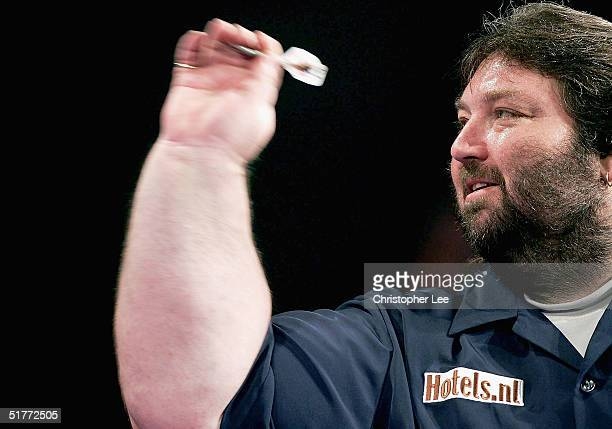 Andy Fordham in action during the Showdown match between Phil Taylor and Andy Fordham at The Circus Tavern on November 21 2004 in Purfleet England