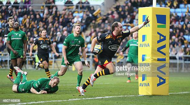 Andy Goode of Wasps breaks clear to score a try during the Aviva Premiership match between Wasps and London Irish at the Ricoh Arena on December 21...