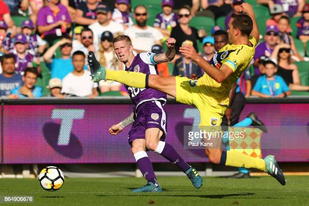 Andy Keogh of the Glory crosses the ball against Alan Baro of the Mariners during the round three ALeague match between Perth Glory and the Central...