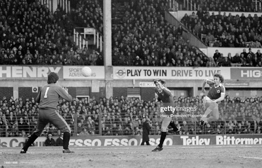 Football. 1979 League Divison One. Goodison Park. 10th February, 1979. Everton 4 v Bristol City 1. Everton's Andy King (right) scores one of his three goals past Bristol keeper John Shaw during the match. : News Photo