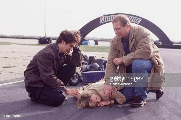 Andy Müller kümmert sich zusammen mit Dr.Sommerfeld um seine Mutter , die er bei seiner Go-Kart-Fahrt fast zu Tode gefahren hatte... / Überschrift:...