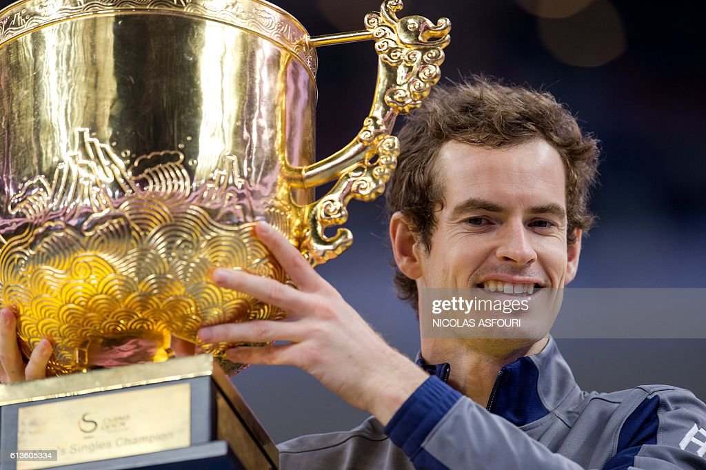 Andy Murray of Britain celebrates with the trophy as he wins against Grigor Dimitrov of Bulgaria in their men's singles final match of the China Open tennis tournament in Beijing on October 9, 2016. / AFP / NICOLAS