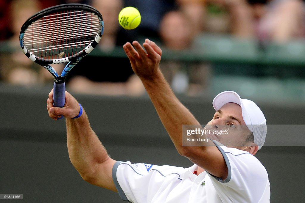 Andy Roddick of the U.S. serves in his first round match aga : News Photo