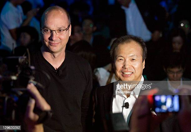 Andy Rubin senior vicepresident of Google Inc's mobile division left and JK Shin head of Samsung Electronics Co's mobilephone division attend the...