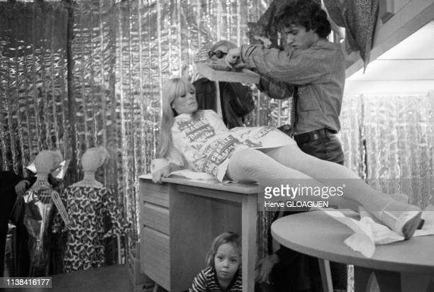 Andy Warhol Gerard Malanga et le mannequin Nico au magasin Abraham and Strauss Brooklyn New York 1966 L'enfant est Ari Boulogne le fils de Nico