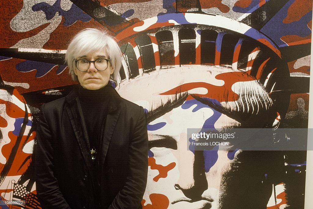 Andy Warhol paints the Statue of Liberty in Paris, France on April 22nd, 1986. : Photo d'actualité