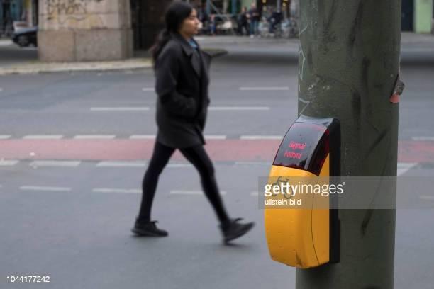 Anforderungsknopf für Radfahrer für eine kurze Wartezeit an einer Verkehrsampel an der Schönhauser Allee in BerlinPrenzlauer Berg