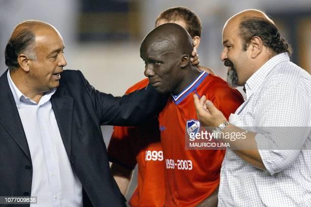 Angbwa Benoit delantero dl Nacional llora al dejar el campo cercado por dirigentes de su equipo el 07 de mayo de 2003 en el estadio Vila Belmiro 80...