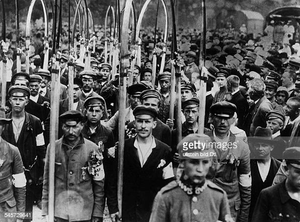 Angehörige der polnischen Freiwilligenarmee, bewaffnet mit Sensen, auf dem Weg zur FrontSommer / Herbst 1920