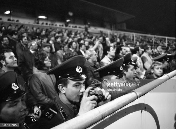 Angehörige der Roten Armee beobachten gespannt das UEFAPokalSpiel zwischen der SG Dynamo Dresden und dem sowjetischen Fußballteam Zenit Leningrad am...