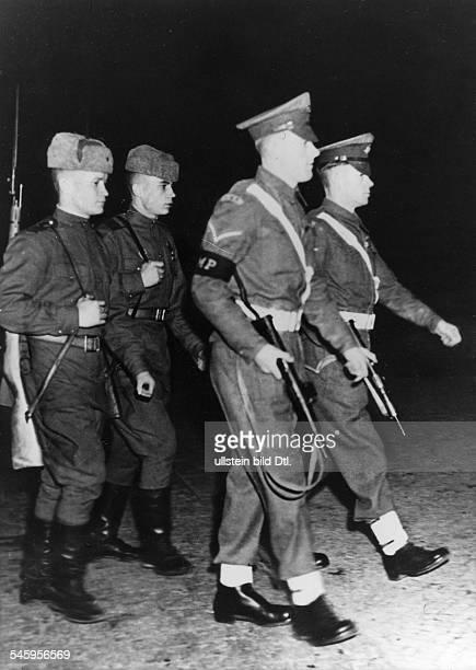 Angehörige der Roten Armee und britischeMilitärpolizei auf nächtlichemPatrouillengang 1946