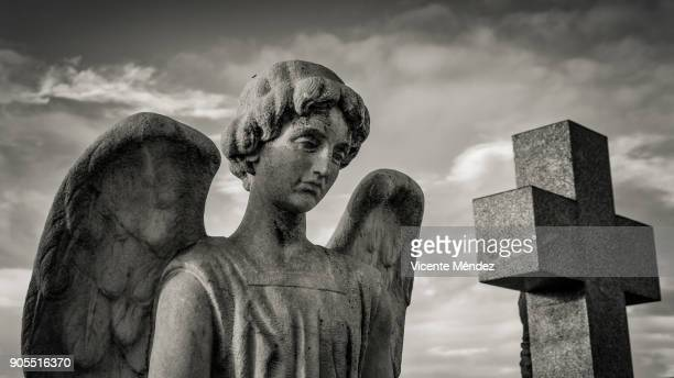 angel and cross in the cemetery - angel of death foto e immagini stock