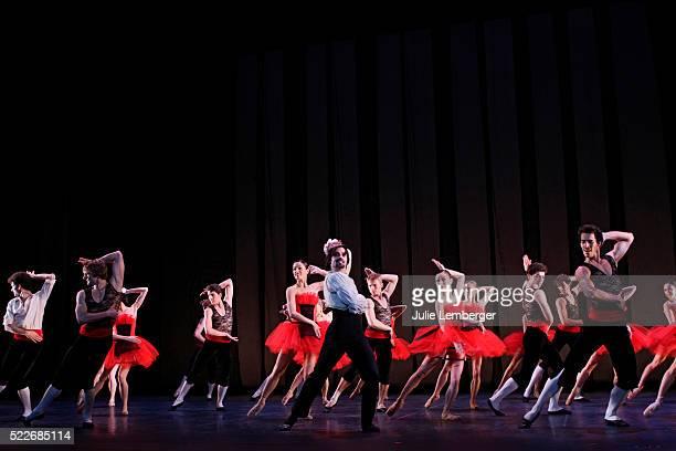 angel corello's barcelona ballet - アラベスクポジション ストックフォトと画像
