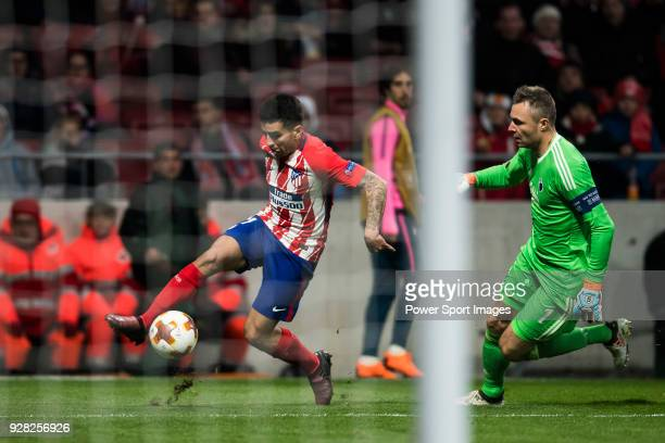 Angel Correa of Atletico de Madrid shoots as goalkeeper Stephan Andersen of FC Copenhague tries to stop him during the UEFA Europa League 201718...