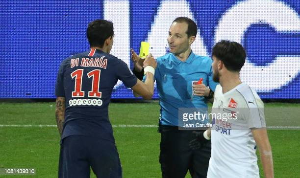 Angel Di Maria of PSG gives a yellow card to referee Florent Batta during the french Ligue 1 match between Amiens SC and Paris Saint Germain at Stade...