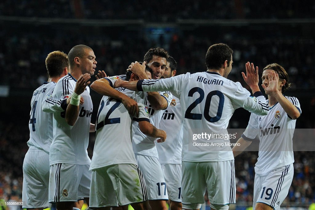 Angel Di Maria (3dL) of Real Madrid CF celebrates scoring their second goal with teammates Sergio Ramos (R), Pepe (2ndL), Alvaro Arbeloa (3dR), Gonzalo Higuain (2dR) and Luka Modric (R) during the La Liga match between Real Madrid CF and Real Zaragoza at Estadio Santiago Bernabeu on November 3, 2012 in Madrid, Spain.