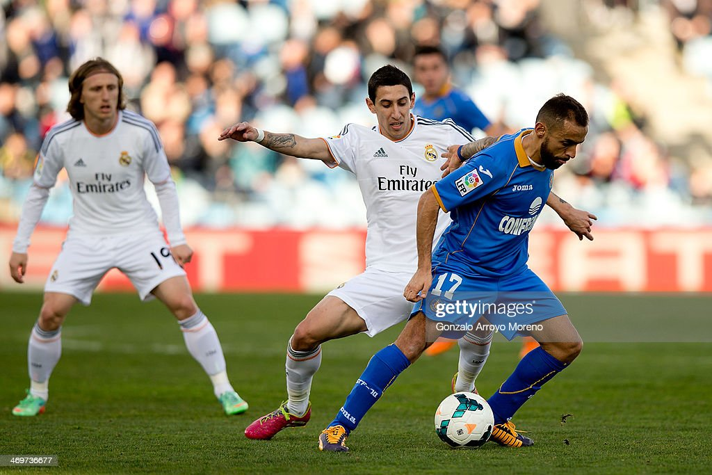 Angel Di Maria (L) of Real Madrid CF competes for the ball with Diego Castro (R) of Getafe CF during the La Liga match between Getafe CF and Real Madrid CF at Coliseum Alfonso Perez on February 16, 2014 in Getafe, Spain.