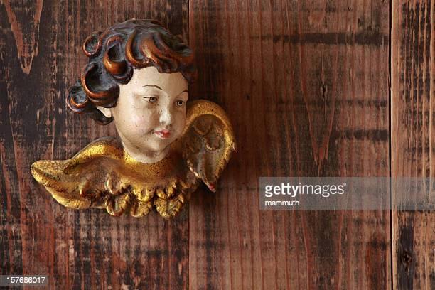 angel auf hölzernen hintergrund - barock stock-fotos und bilder