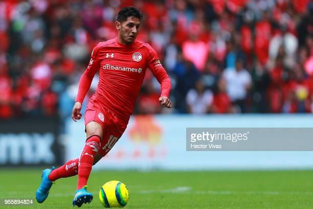 Angel Reyna of Toluca drives the ball during the quarter finals second leg match between Toluca and Morelia as part of the Torneo Clausura 2018 Liga...