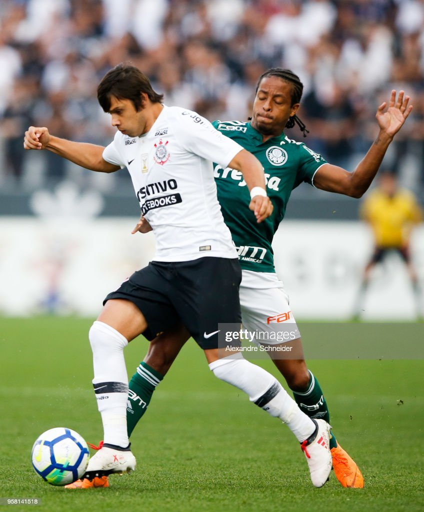 Angel Romero (L) of Corinthians and Keno of Palmeiras in action during the match for the Brasileirao Series A 2018 at Arena Corinthians Stadium on 13 May, 2018 in Sao Paulo, Brazil.