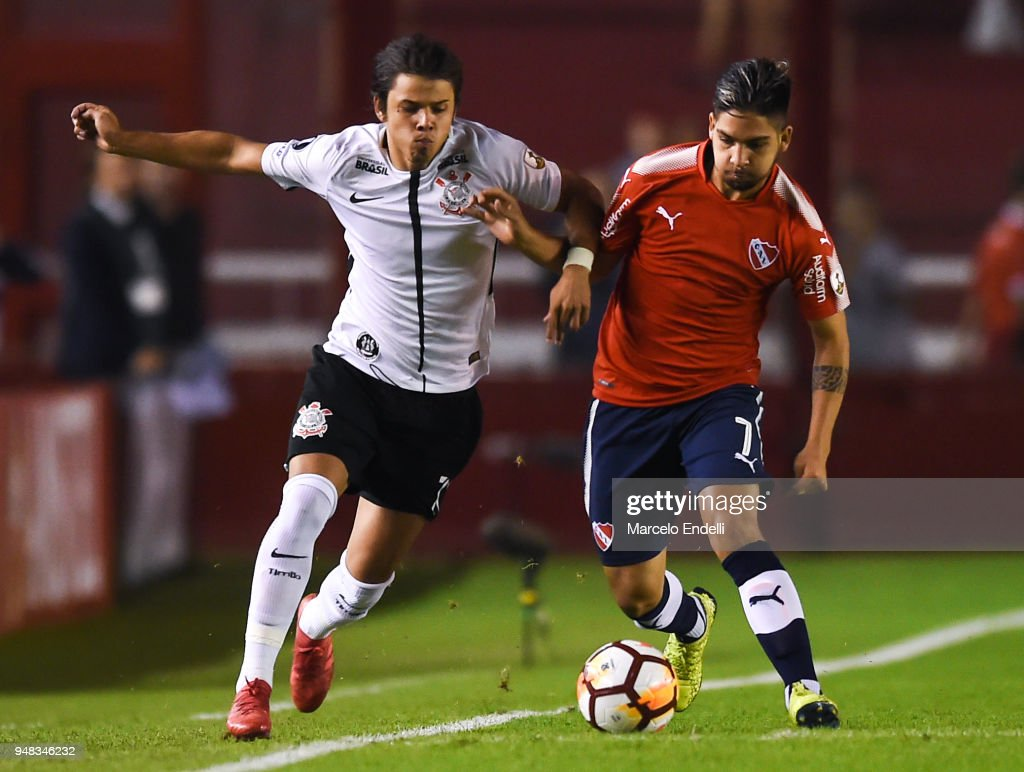 Angel Romero of Corinthians fights for the ball with Martin Benitez of Independiente during a Group 7 match between Independiente and Corinthians as part of Copa CONMEBOL Libertadores 2018 at Libertadores de America Stadium on April 18, 2018 in Buenos Aires, Argentina.